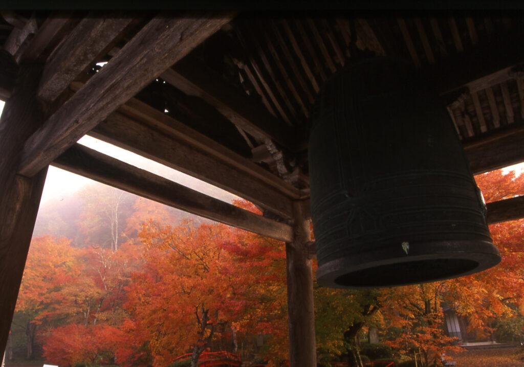 「秋彩の梵鐘」