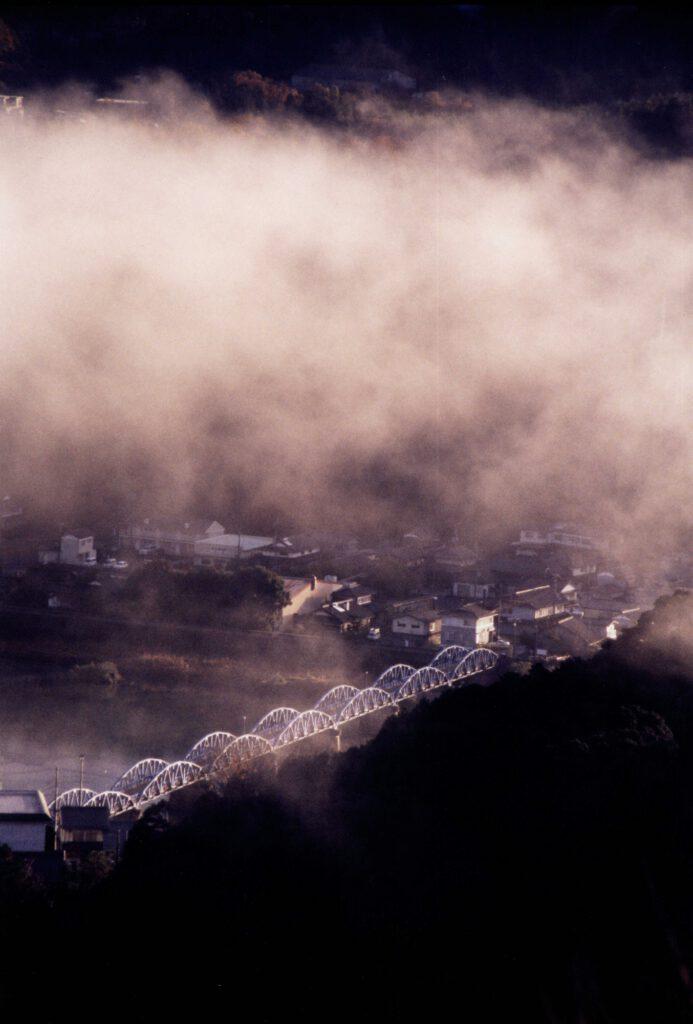 「朝霧に映えて」