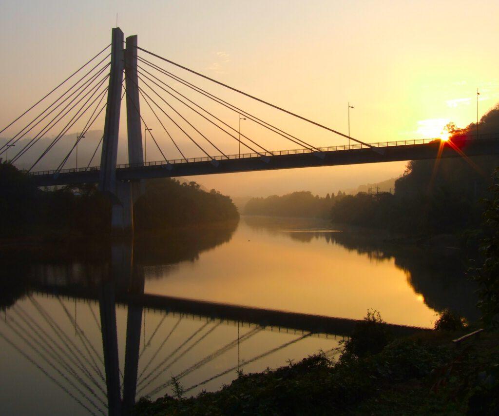 「大橋の朝」