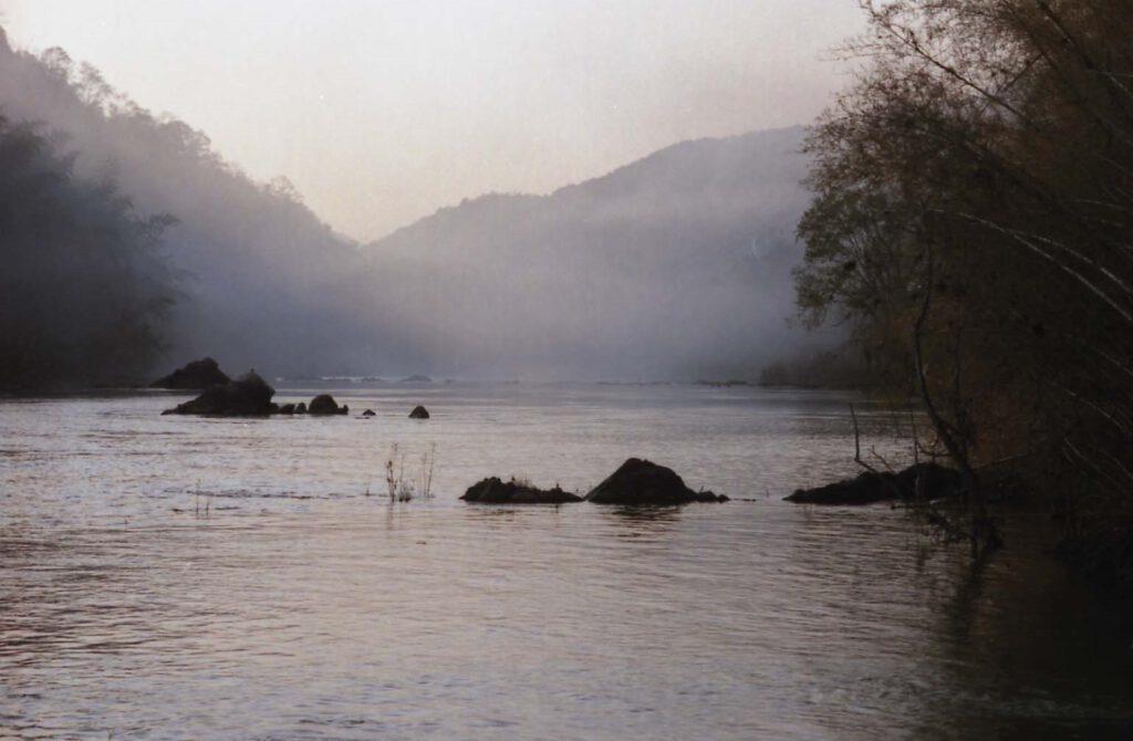 「夕靄煙る由良川」