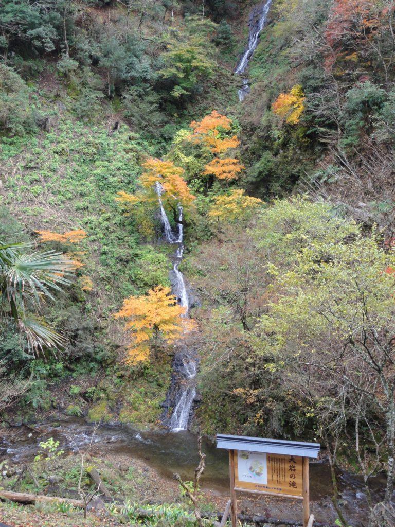 「紅葉に映える滝」