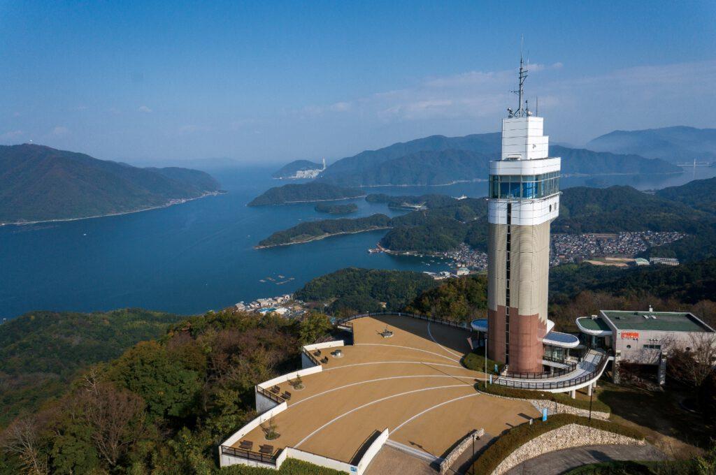 「五老スカイタワーと舞鶴湾」