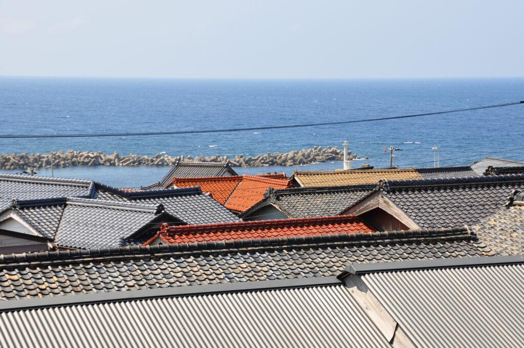 屋根と海が綺麗(丹後)