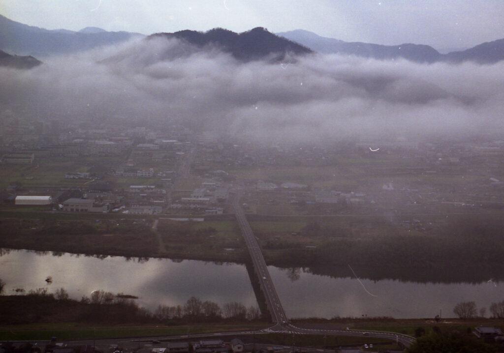「朝もやの由良川」
