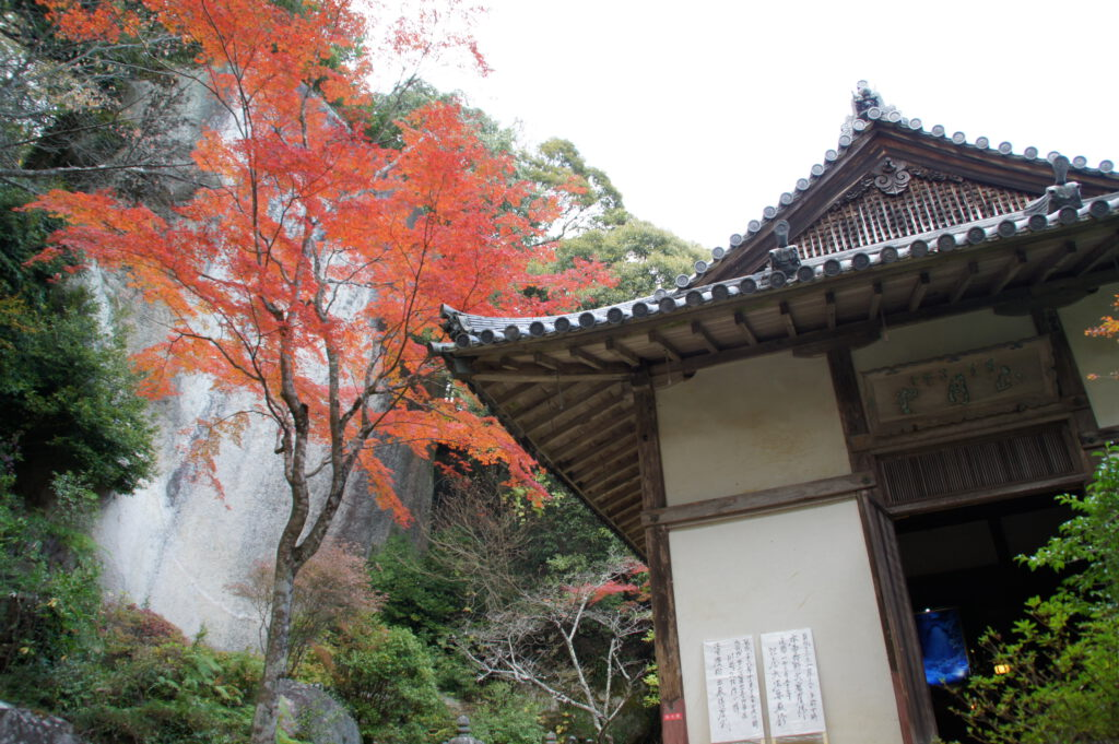 笠置寺の弥勒磨崖仏と正月堂